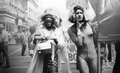 Od prawej Marsha P. Johnson i Sylvia Rivera w czasie protestów Stonewall